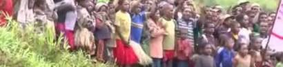 Die Bibel kommt zu den Stämmen in Papua Neuguinea.