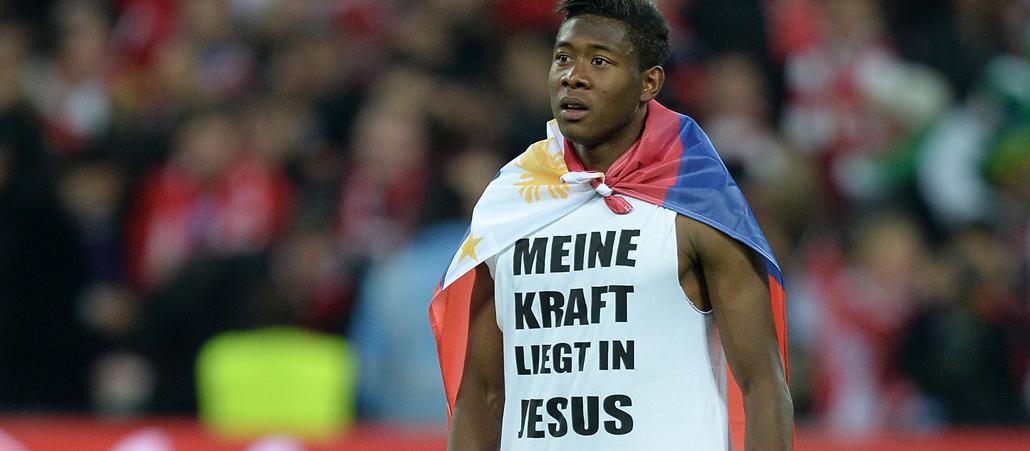David Alaba mit einem T-Shirt MEINE KRAFT LIEGT IN JESUS