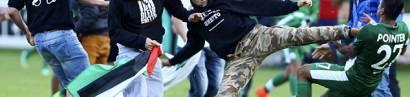 Antisemitischer Mob stürmt einen Fußballplatz und greift jüdische Spieler von Maccabi Haifa an.