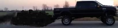 Hier sehen wir ein amerikanisches Dieselfahrzeug. Und bald werden wir auch neue amerikanische Atomraketen bei uns sehen können.