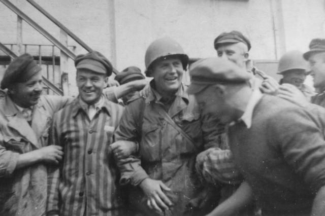 Am 30. April 1945 endete in München die Diktatur der Nationalsozialisten mit dem Einmarsch der Rainbow Divison der US-Army.