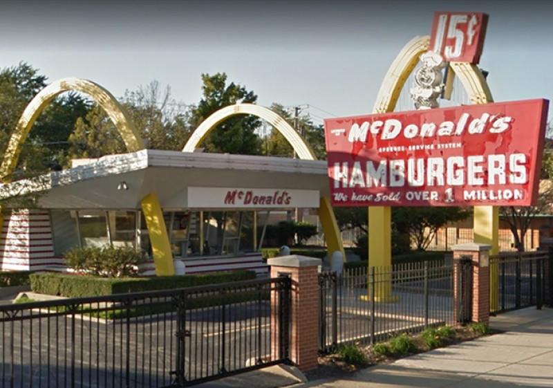 """Mai 1940 eröffneten Richard und Maurice McDonald in Kalifornien ihre erste Filiale. """"McDonald's Bar-B-Que"""" hieß der Laden damals."""